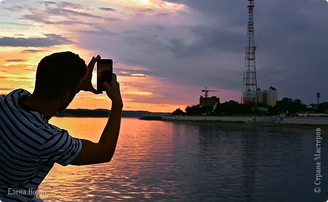 Когда уходит солнце на покой, И поджигает горизонта кромку Так хочется всегда момент такой Запомнить, чтобы рассказать негромко О том, что был такой волшебный час Где чудеса – обычное явленье, Где что-то сверху чуть коснулось нас Без спроса даже и без объявленья Сергей Горбанев фото 2