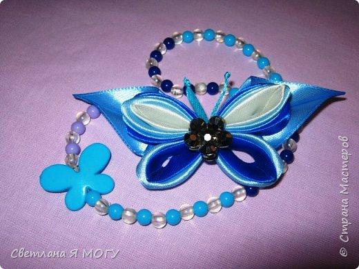 Всем привет! Сегодня мы с Вами сделаем бабочку из ленты 2,5см. Инструменты и материалы для работы: - ленты атласные, ширина 25мм, четыре цвета; - лента атласная голубая, ширина 3мм; - серединка или полубусина; - ножницы; - спички и свечка; - пинцет; - клеевой пистолет. Всем приятного просмотра и творческого вдохновения.