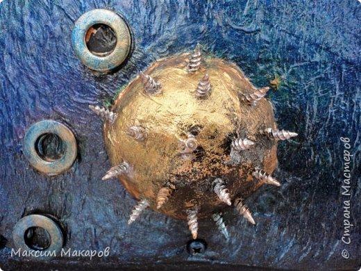 """Стимпанк панно """"Последний Говорун"""". Кто из нас в детстве не увлекался рассказами о приключениях Алисы Селезневой?  Мы все прекрасно помним подаренную ей космическую птицу Говоруна, которая могла разговаривать, а главное летать меж звезд, как на этой картине. Картина для любителей фэнтези и космоса выполнена перламутровыми красками. фото 3"""