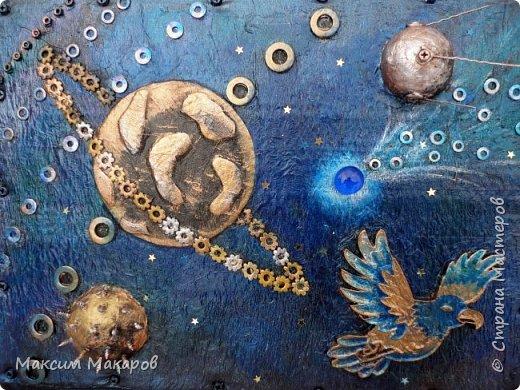 """Стимпанк панно """"Последний Говорун"""". Кто из нас в детстве не увлекался рассказами о приключениях Алисы Селезневой?  Мы все прекрасно помним подаренную ей космическую птицу Говоруна, которая могла разговаривать, а главное летать меж звезд, как на этой картине. Картина для любителей фэнтези и космоса выполнена перламутровыми красками. фото 1"""