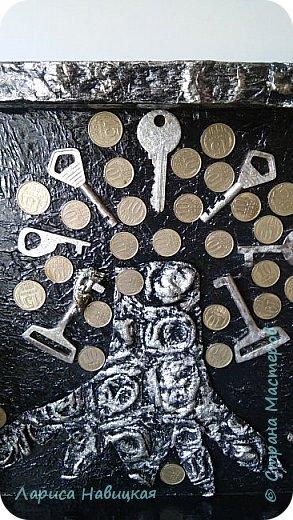 Такую же ключницу я делала недавно своей старшей дочери. Младшая посмотрела и сказала, что я её наверно не очень люблю,а если очень,то ей срочно нужна такая же ключница))) Пришлось доказывать,что люблю я их одинаково))) вот результат. фото 3