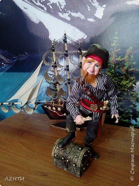 Дорогие друзья!!!! Разрешите вам представить - пират Билли!!!! Рыжий лис. Очень хитрый прощелыга. Но и к тому же ужасный пижон. Я сшила ему две рубашки (это третья) он признал только эту... Муж говорит ,что - морда пиратская а вот одежда нет. Ну вот Билли , так не считает. Не хотел он ничего другого. Я шила ему одежду в течение  недели, и всю неделю он капризничал и не в какую не хотел носить то, что я ему предлогала. Ох и намучилась я с ним, а вот эта рубашка сшилась просто на одном дыхании. И он тут же приоделся и не стал больше капризничать.  фото 2
