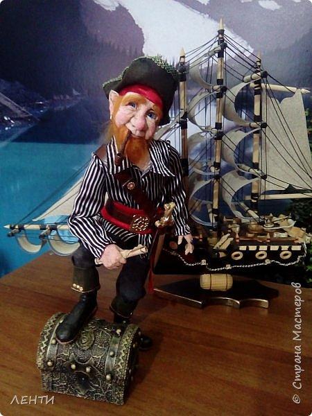 Дорогие друзья!!!! Разрешите вам представить - пират Билли!!!! Рыжий лис. Очень хитрый прощелыга. Но и к тому же ужасный пижон. Я сшила ему две рубашки (это третья) он признал только эту... Муж говорит ,что - морда пиратская а вот одежда нет. Ну вот Билли , так не считает. Не хотел он ничего другого. Я шила ему одежду в течение  недели, и всю неделю он капризничал и не в какую не хотел носить то, что я ему предлогала. Ох и намучилась я с ним, а вот эта рубашка сшилась просто на одном дыхании. И он тут же приоделся и не стал больше капризничать.  фото 3