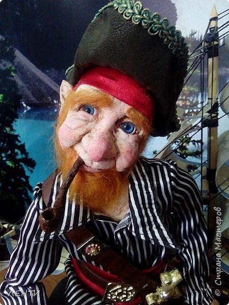 Дорогие друзья!!!! Разрешите вам представить - пират Билли!!!! Рыжий лис. Очень хитрый прощелыга. Но и к тому же ужасный пижон. Я сшила ему две рубашки (это третья) он признал только эту... Муж говорит ,что - морда пиратская а вот одежда нет. Ну вот Билли , так не считает. Не хотел он ничего другого. Я шила ему одежду в течение  недели, и всю неделю он капризничал и не в какую не хотел носить то, что я ему предлогала. Ох и намучилась я с ним, а вот эта рубашка сшилась просто на одном дыхании. И он тут же приоделся и не стал больше капризничать.  фото 6