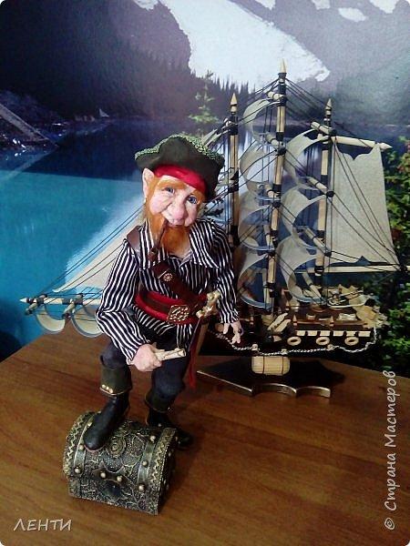 Дорогие друзья!!!! Разрешите вам представить - пират Билли!!!! Рыжий лис. Очень хитрый прощелыга. Но и к тому же ужасный пижон. Я сшила ему две рубашки (это третья) он признал только эту... Муж говорит ,что - морда пиратская а вот одежда нет. Ну вот Билли , так не считает. Не хотел он ничего другого. Я шила ему одежду в течение  недели, и всю неделю он капризничал и не в какую не хотел носить то, что я ему предлогала. Ох и намучилась я с ним, а вот эта рубашка сшилась просто на одном дыхании. И он тут же приоделся и не стал больше капризничать.  фото 7