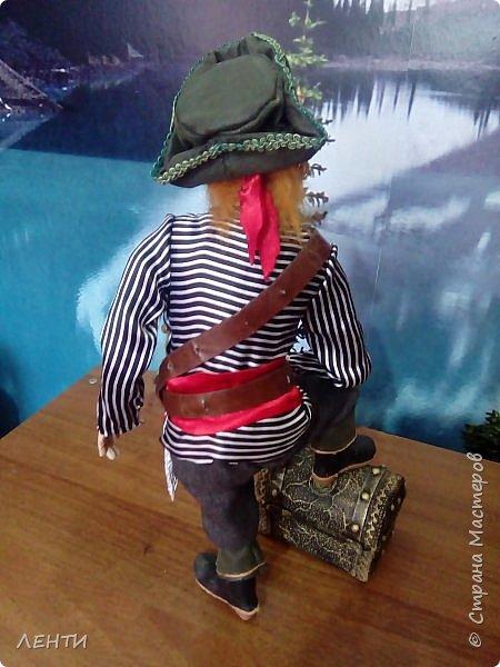 Дорогие друзья!!!! Разрешите вам представить - пират Билли!!!! Рыжий лис. Очень хитрый прощелыга. Но и к тому же ужасный пижон. Я сшила ему две рубашки (это третья) он признал только эту... Муж говорит ,что - морда пиратская а вот одежда нет. Ну вот Билли , так не считает. Не хотел он ничего другого. Я шила ему одежду в течение  недели, и всю неделю он капризничал и не в какую не хотел носить то, что я ему предлогала. Ох и намучилась я с ним, а вот эта рубашка сшилась просто на одном дыхании. И он тут же приоделся и не стал больше капризничать.  фото 8