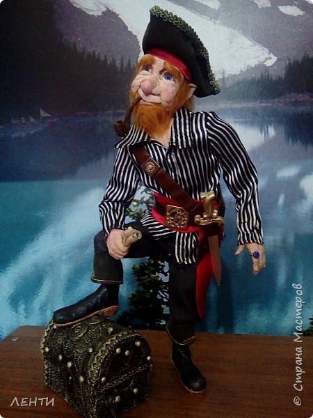 Дорогие друзья!!!! Разрешите вам представить - пират Билли!!!! Рыжий лис. Очень хитрый прощелыга. Но и к тому же ужасный пижон. Я сшила ему две рубашки (это третья) он признал только эту... Муж говорит ,что - морда пиратская а вот одежда нет. Ну вот Билли , так не считает. Не хотел он ничего другого. Я шила ему одежду в течение  недели, и всю неделю он капризничал и не в какую не хотел носить то, что я ему предлогала. Ох и намучилась я с ним, а вот эта рубашка сшилась просто на одном дыхании. И он тут же приоделся и не стал больше капризничать.  фото 10