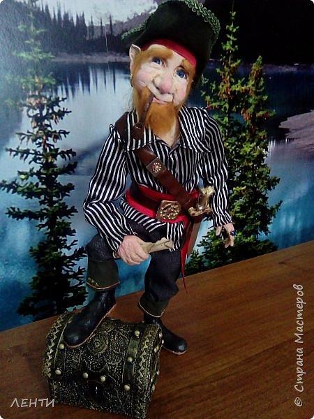 Дорогие друзья!!!! Разрешите вам представить - пират Билли!!!! Рыжий лис. Очень хитрый прощелыга. Но и к тому же ужасный пижон. Я сшила ему две рубашки (это третья) он признал только эту... Муж говорит ,что - морда пиратская а вот одежда нет. Ну вот Билли , так не считает. Не хотел он ничего другого. Я шила ему одежду в течение  недели, и всю неделю он капризничал и не в какую не хотел носить то, что я ему предлогала. Ох и намучилась я с ним, а вот эта рубашка сшилась просто на одном дыхании. И он тут же приоделся и не стал больше капризничать.  фото 9