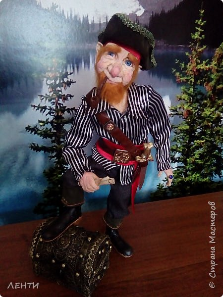 Дорогие друзья!!!! Разрешите вам представить - пират Билли!!!! Рыжий лис. Очень хитрый прощелыга. Но и к тому же ужасный пижон. Я сшила ему две рубашки (это третья) он признал только эту... Муж говорит ,что - морда пиратская а вот одежда нет. Ну вот Билли , так не считает. Не хотел он ничего другого. Я шила ему одежду в течение  недели, и всю неделю он капризничал и не в какую не хотел носить то, что я ему предлогала. Ох и намучилась я с ним, а вот эта рубашка сшилась просто на одном дыхании. И он тут же приоделся и не стал больше капризничать.  фото 12