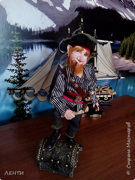Дорогие друзья!!!! Разрешите вам представить - пират Билли!!!! Рыжий лис. Очень хитрый прощелыга. Но и к тому же ужасный пижон. Я сшила ему две рубашки (это третья) он признал только эту... Муж говорит ,что - морда пиратская а вот одежда нет. Ну вот Билли , так не считает. Не хотел он ничего другого. Я шила ему одежду в течение  недели, и всю неделю он капризничал и не в какую не хотел носить то, что я ему предлогала. Ох и намучилась я с ним, а вот эта рубашка сшилась просто на одном дыхании. И он тут же приоделся и не стал больше капризничать.  фото 13