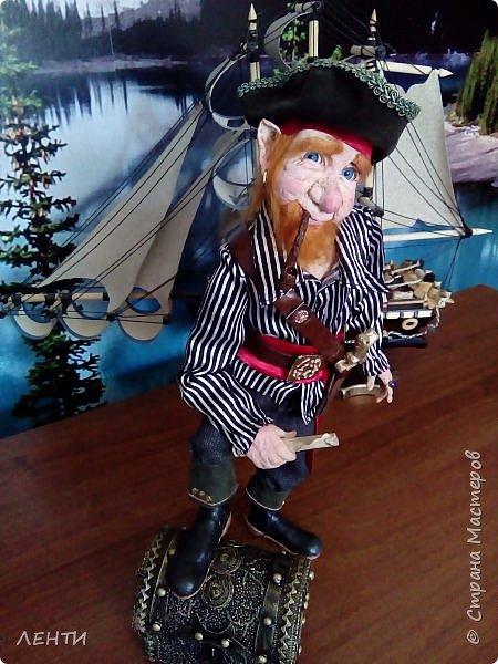 Дорогие друзья!!!! Разрешите вам представить - пират Билли!!!! Рыжий лис. Очень хитрый прощелыга. Но и к тому же ужасный пижон. Я сшила ему две рубашки (это третья) он признал только эту... Муж говорит ,что - морда пиратская а вот одежда нет. Ну вот Билли , так не считает. Не хотел он ничего другого. Я шила ему одежду в течение  недели, и всю неделю он капризничал и не в какую не хотел носить то, что я ему предлогала. Ох и намучилась я с ним, а вот эта рубашка сшилась просто на одном дыхании. И он тут же приоделся и не стал больше капризничать.  фото 14