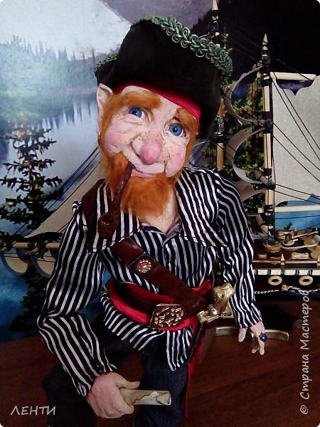 Дорогие друзья!!!! Разрешите вам представить - пират Билли!!!! Рыжий лис. Очень хитрый прощелыга. Но и к тому же ужасный пижон. Я сшила ему две рубашки (это третья) он признал только эту... Муж говорит ,что - морда пиратская а вот одежда нет. Ну вот Билли , так не считает. Не хотел он ничего другого. Я шила ему одежду в течение  недели, и всю неделю он капризничал и не в какую не хотел носить то, что я ему предлогала. Ох и намучилась я с ним, а вот эта рубашка сшилась просто на одном дыхании. И он тут же приоделся и не стал больше капризничать.  фото 1