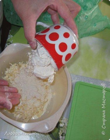 Добрый вечер друзья и гости! Сегодня я к вам снова с рецептом пирога. Рецепт проверен несколько раз - ВКУСНО!   Итак рецепт:  150 г маргарина 4 столовые ложки сметаны соль по вкусу 1 чайная ложка без верха разрыхлитель теста (или 0,5 ч. л.соды +1 ч. л. уксуса =гасить) 2 стакана муки  Начинка:  0,5 кг репчатого лука 200 г твердого сыра  Соус:  2 яйца 2 столовые ложки сметаны соль по вкусу фото 5