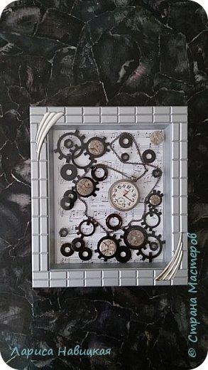 Панно из часов с неинтересным циферблатом. Механизм достала,остальное использовала,как рамку для моего панно. фото 1