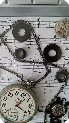 Панно из часов с неинтересным циферблатом. Механизм достала,остальное использовала,как рамку для моего панно. фото 3