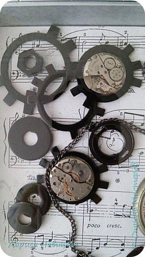 Панно из часов с неинтересным циферблатом. Механизм достала,остальное использовала,как рамку для моего панно. фото 4