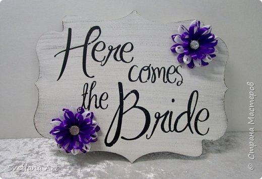 """Вот такой наборчик получился(казна,3 свечи,2 бокала, """"жених и невеста""""- 2 бутылки, книга для пожеланий, ручка, подушка для колец, корзиночка для лепесточков,2 заколки для маленьких дружек, подвязка и табличка с надписью """"идет невеста"""". фото 13"""