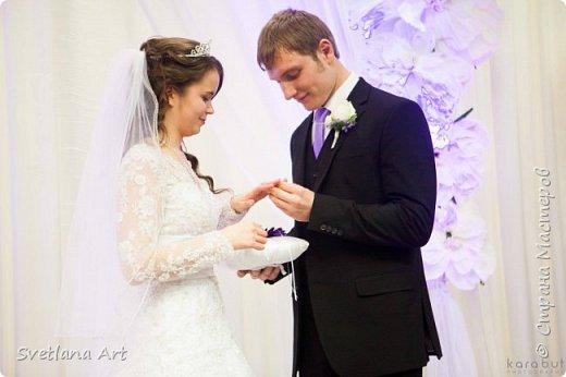 """Вот такой наборчик получился(казна,3 свечи,2 бокала, """"жених и невеста""""- 2 бутылки, книга для пожеланий, ручка, подушка для колец, корзиночка для лепесточков,2 заколки для маленьких дружек, подвязка и табличка с надписью """"идет невеста"""". фото 14"""