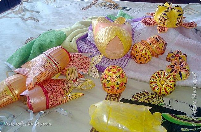 """Что-то лето не настанет... Решили с внучкой сделать украшения для летней веранды, в сад. Из пластиковых бутылок. Ох, сколько времени, рассматривая чудеса из пластиковых бутылок,  я говорила, что ни в коем случае не возьмусь за пластиковые бутылки-поделки... Никогда!!!  Никогда не говори """"никогда""""... Или всему свое время.  Увидела в интернете чудесную рыбку из пластиковой бутылкиhttps: //ru.pinterest.com/pin/449515606543086954/  , и """"заболела"""". Представляем свои старания. фото 21"""