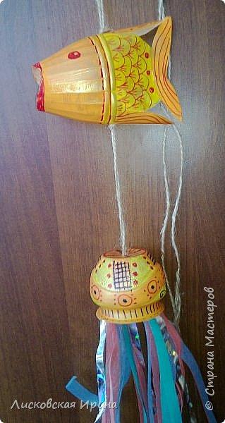 """Что-то лето не настанет... Решили с внучкой сделать украшения для летней веранды, в сад. Из пластиковых бутылок. Ох, сколько времени, рассматривая чудеса из пластиковых бутылок,  я говорила, что ни в коем случае не возьмусь за пластиковые бутылки-поделки... Никогда!!!  Никогда не говори """"никогда""""... Или всему свое время.  Увидела в интернете чудесную рыбку из пластиковой бутылкиhttps: //ru.pinterest.com/pin/449515606543086954/  , и """"заболела"""". Представляем свои старания. фото 27"""