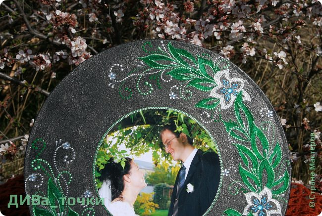 """Здравствуйте, дорогие мастера.  Свадебную тематику я закончила вот таким панно """"Сад любви"""", выполненным на виниле (30см). Это персональный подарок на 10-летие свадьбы моей подруге детства, скоро к ней отправится, будет сюрпризом.  Декупаж фото и роспись, вдохновили меня часы Катюши http://stranamasterov.ru/node/795887  фото 3"""