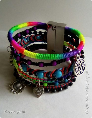 Всем привет.Изготовила очередной браслет.Он состоит как бы из множества фенечек. В одном браслете используются самые актуальные и модные на сегодняшний день техники плетения. фото 2