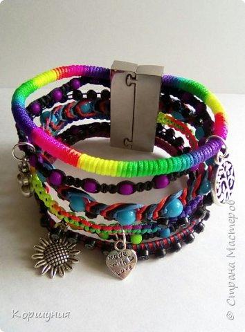 Всем привет.Изготовила очередной браслет.Он состоит как бы из множества фенечек. В одном браслете используются самые актуальные и модные на сегодняшний день техники плетения. фото 1