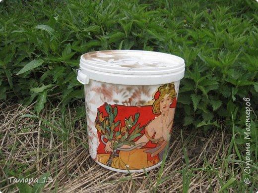 Здравствуйте, жители Страны Мастеров, временно перемещающиеся летом на дачи. Многие пользуются зеленым удобрением из крапивы: сложил в ведро, залил водой и через неделю разводи раствор, корми овощи-цветочки! Сделаем это красиво!  фото 6