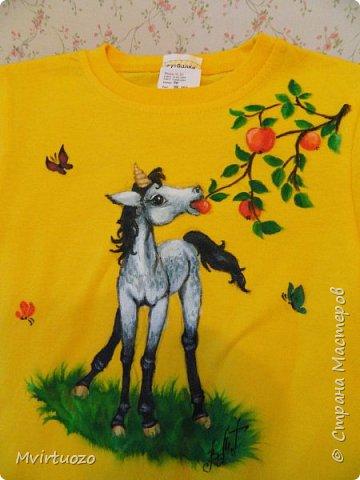 Добрый день.. И снова я со своими футболками.. Снова комплектик - для двух сестренок. Взрослая обожает лошадей, ездит верхом. Ей - конь-огонь! фото 5
