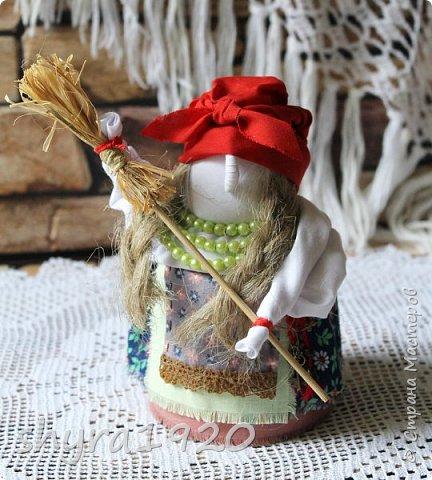 """Эту Бабу Ягу так же делала по МК Натальи Макаровой  """"Ликма"""" на пластиковой бутылке. Первая бирюзовая, по цвету бус на шее. фото 9"""