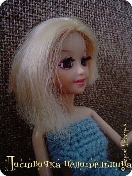 Всем привет!  У нас очень много новостей. Во-первых я подстригла куклу. Да-да, стрижка должна быть так криво это так задумано. Ещё ей связала платье совсем необычного фасона. его юбка состоит из салфетки которые мне кое кто подарил, я не знала  куда ее деть, и поэтому включила в платье. Ещё блестящим лаком для ногтей покрасила губы кукле и сделала макияж. А также дала новое имя Лира.  фото 1