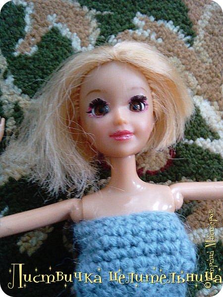 Всем привет!  У нас очень много новостей. Во-первых я подстригла куклу. Да-да, стрижка должна быть так криво это так задумано. Ещё ей связала платье совсем необычного фасона. его юбка состоит из салфетки которые мне кое кто подарил, я не знала  куда ее деть, и поэтому включила в платье. Ещё блестящим лаком для ногтей покрасила губы кукле и сделала макияж. А также дала новое имя Лира.  фото 5