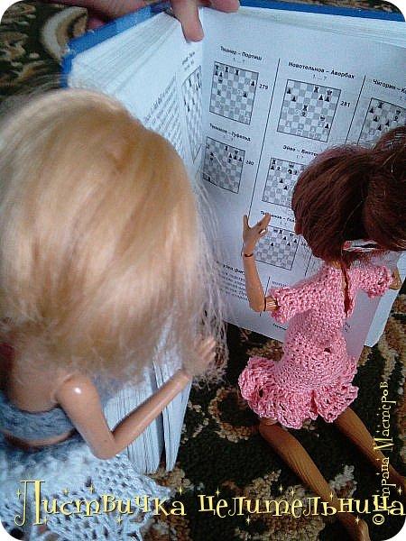 Всем привет!  У нас очень много новостей. Во-первых я подстригла куклу. Да-да, стрижка должна быть так криво это так задумано. Ещё ей связала платье совсем необычного фасона. его юбка состоит из салфетки которые мне кое кто подарил, я не знала  куда ее деть, и поэтому включила в платье. Ещё блестящим лаком для ногтей покрасила губы кукле и сделала макияж. А также дала новое имя Лира.  фото 7