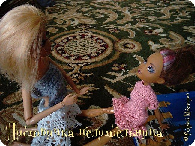 Всем привет!  У нас очень много новостей. Во-первых я подстригла куклу. Да-да, стрижка должна быть так криво это так задумано. Ещё ей связала платье совсем необычного фасона. его юбка состоит из салфетки которые мне кое кто подарил, я не знала  куда ее деть, и поэтому включила в платье. Ещё блестящим лаком для ногтей покрасила губы кукле и сделала макияж. А также дала новое имя Лира.  фото 8