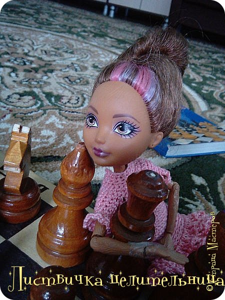 Всем привет!  У нас очень много новостей. Во-первых я подстригла куклу. Да-да, стрижка должна быть так криво это так задумано. Ещё ей связала платье совсем необычного фасона. его юбка состоит из салфетки которые мне кое кто подарил, я не знала  куда ее деть, и поэтому включила в платье. Ещё блестящим лаком для ногтей покрасила губы кукле и сделала макияж. А также дала новое имя Лира.  фото 9