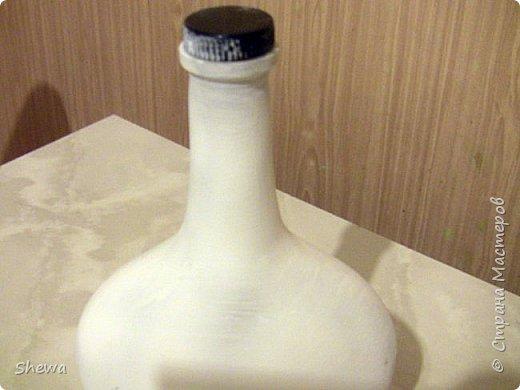 Представляю мой вариант бутылочки всем знакомой формы.:) Использовались салфетки для декупажа, яичная скорлупа, клей ПВА, акриловая краска (аэрозоль и паста) и лак для декоративных работ. фото 5