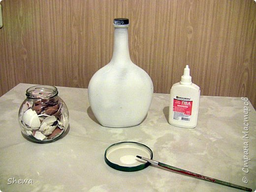 Представляю мой вариант бутылочки всем знакомой формы.:) Использовались салфетки для декупажа, яичная скорлупа, клей ПВА, акриловая краска (аэрозоль и паста) и лак для декоративных работ. фото 4