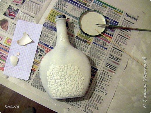 Представляю мой вариант бутылочки всем знакомой формы.:) Использовались салфетки для декупажа, яичная скорлупа, клей ПВА, акриловая краска (аэрозоль и паста) и лак для декоративных работ. фото 6