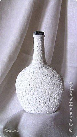 Представляю мой вариант бутылочки всем знакомой формы.:) Использовались салфетки для декупажа, яичная скорлупа, клей ПВА, акриловая краска (аэрозоль и паста) и лак для декоративных работ. фото 9