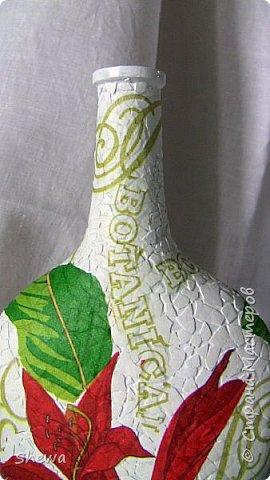 Представляю мой вариант бутылочки всем знакомой формы.:) Использовались салфетки для декупажа, яичная скорлупа, клей ПВА, акриловая краска (аэрозоль и паста) и лак для декоративных работ. фото 13