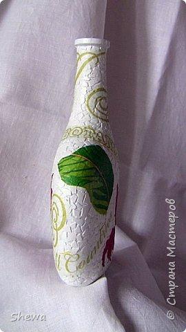 Представляю мой вариант бутылочки всем знакомой формы.:) Использовались салфетки для декупажа, яичная скорлупа, клей ПВА, акриловая краска (аэрозоль и паста) и лак для декоративных работ. фото 15
