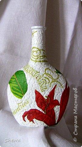 Представляю мой вариант бутылочки всем знакомой формы.:) Использовались салфетки для декупажа, яичная скорлупа, клей ПВА, акриловая краска (аэрозоль и паста) и лак для декоративных работ. фото 16