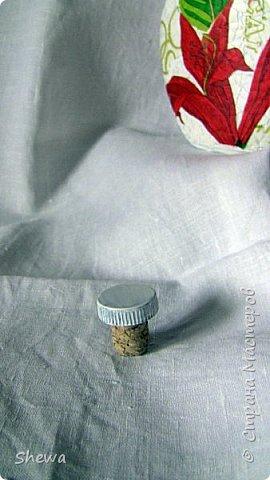 Представляю мой вариант бутылочки всем знакомой формы.:) Использовались салфетки для декупажа, яичная скорлупа, клей ПВА, акриловая краска (аэрозоль и паста) и лак для декоративных работ. фото 17