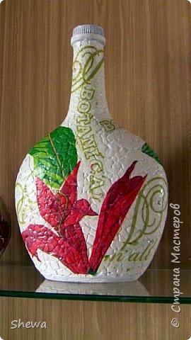 Представляю мой вариант бутылочки всем знакомой формы.:) Использовались салфетки для декупажа, яичная скорлупа, клей ПВА, акриловая краска (аэрозоль и паста) и лак для декоративных работ. фото 1