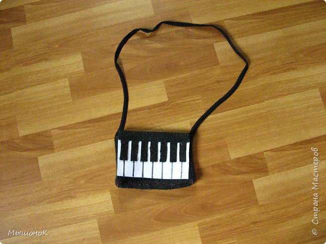 Вот! Наконец дошила свою сумочку в виде фортепиано!  Шила из фетра, по собственным выкройкам. Размер небольшой, 15х20 (примерно). фото 1