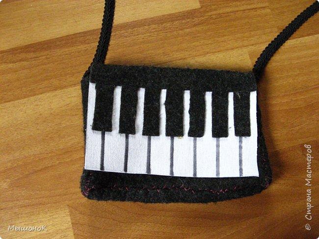 Вот! Наконец дошила свою сумочку в виде фортепиано!  Шила из фетра, по собственным выкройкам. Размер небольшой, 15х20 (примерно). фото 2