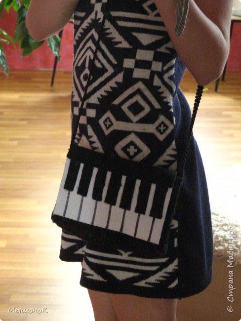 Вот! Наконец дошила свою сумочку в виде фортепиано!  Шила из фетра, по собственным выкройкам. Размер небольшой, 15х20 (примерно). фото 7