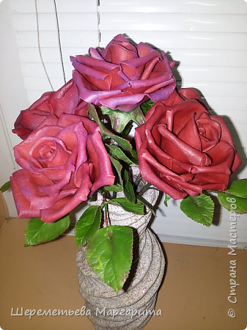 Бордовые розы в вазе фото 1