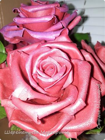 Бордовые розы в вазе фото 3