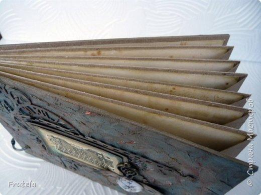 Винтажный альбом размером 14х20 .Основа выполнена из конвертов(туда помещается достаточное количество фото), фоновая бумага состарена и отштампована. фото 4